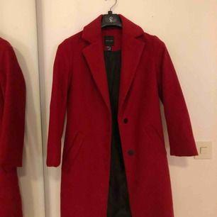 Säljer min superfina röda kappa som dock inte använts lika ofta. Kommer inte ihåg ord pris och inte heller var den köptes, men är från märket New Look. Frakt kostar 50kr💗🌸🌸 passar absolut S/36