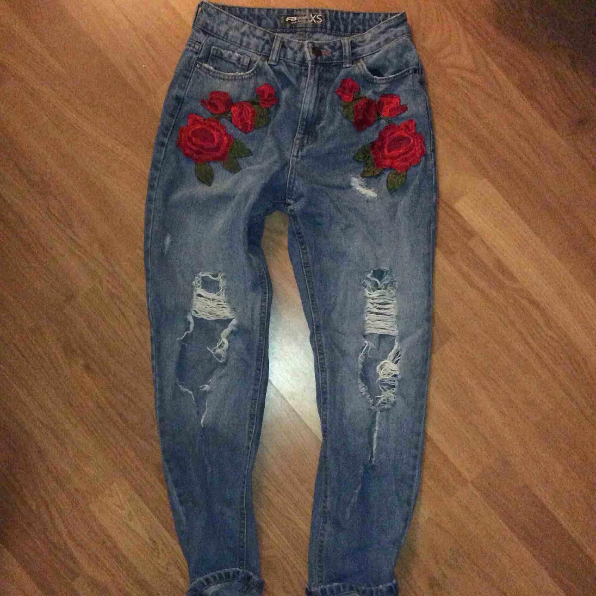 ✨Mom jeans med broderade rosor från New Yorker. Säljer på grund av att jag bara inte använder dom längre, pris kan diskuteras. Ganska så mycket mindre än vad dom ser ut, är 1,60 och behövde vika upp dom lite.✨ sorry för dålig kvalitet på bilderna . Jeans & Byxor.