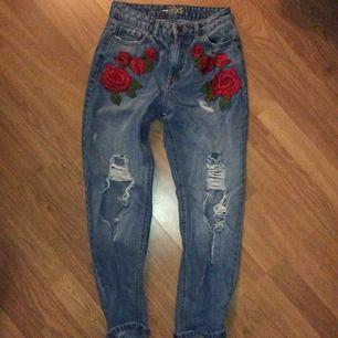✨Mom jeans med broderade rosor från New Yorker. Säljer på grund av att jag bara inte använder dom längre, pris kan diskuteras. Ganska så mycket mindre än vad dom ser ut, är 1,60 och behövde vika upp dom lite.✨ sorry för dålig kvalitet på bilderna