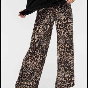 Nya oanvända byxor från Ellos i stl 46  Köpta för 400kr  Fast pris