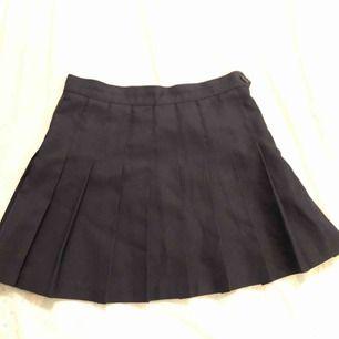 Klassisk tenniskjol från american apparel, snygg till allt. Lite liten i storleken. Färgen är bäst i andra bilden (dvs mörkblå/marinblå).