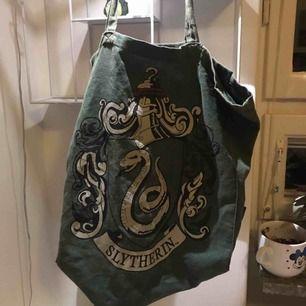 tote bag / väska / påse med slytherin-tryck!  köpt på primark i london. finns i huddinge och kan mötas i Stockholm eller posta!
