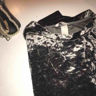 En silvrig/grå långärmad sammetströja i storlek S! Knappt använd! Köparen står för frakten, men kan även mötas upp i Kalmar! ✉️🕊🌫