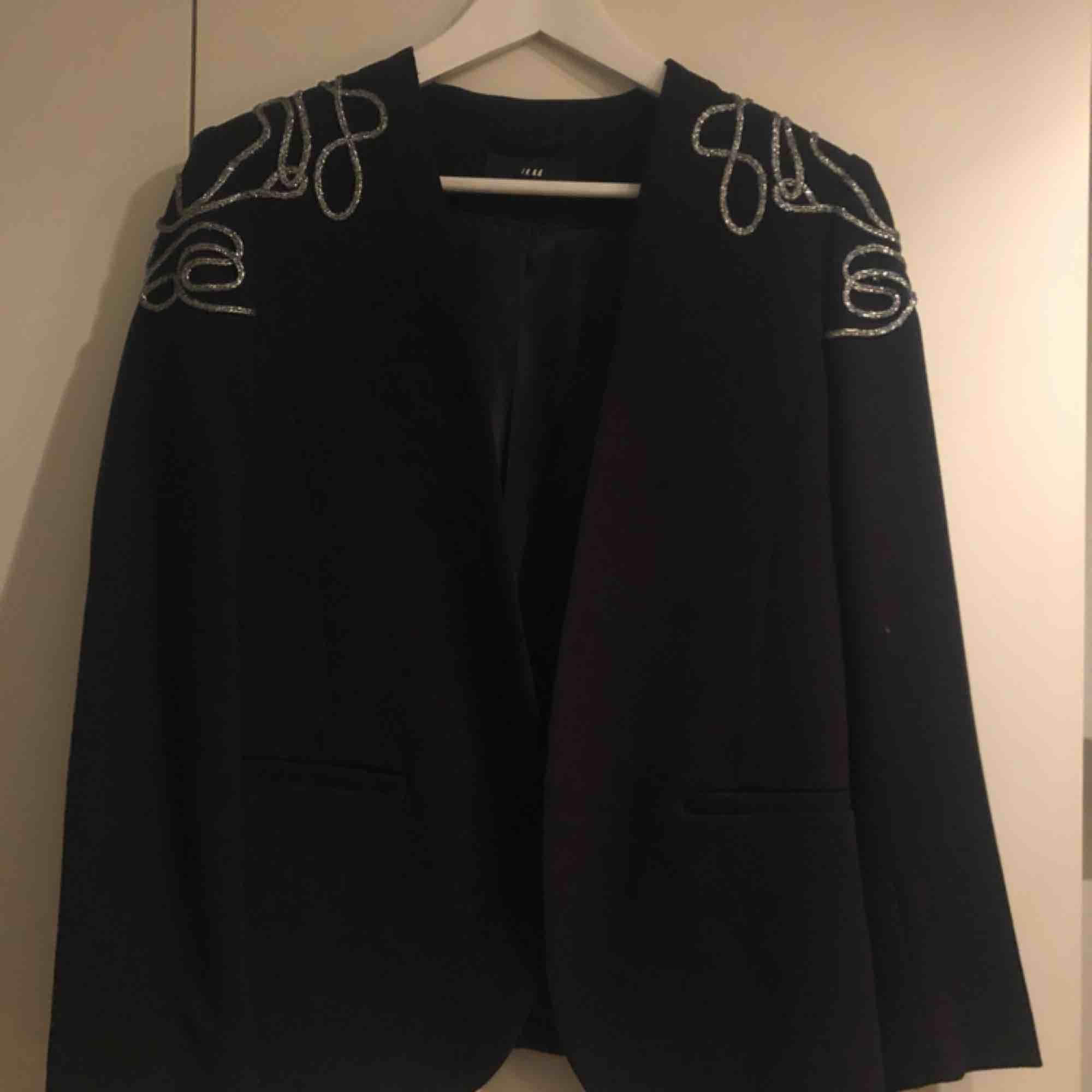 Scart kavaj från H&M storlek 38. Enbart använd några få gånger, som ny. Supersnygg men tyvärr lite för lite för mig :(. Kostymer.