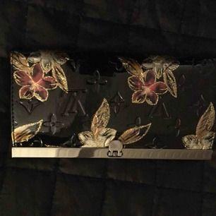 Louis Vuitton (inte äkta) plånbok aldrig använt den  Kan frakta då kund står för kostnad (35kr)  Finns i Norrköping