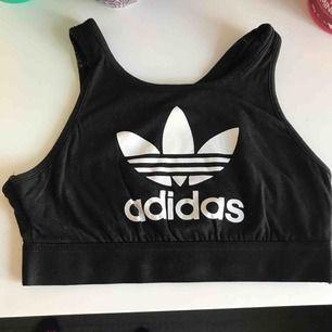 Top/BH från Adidas. Aldrig använd.  Frakt: 35kr.
