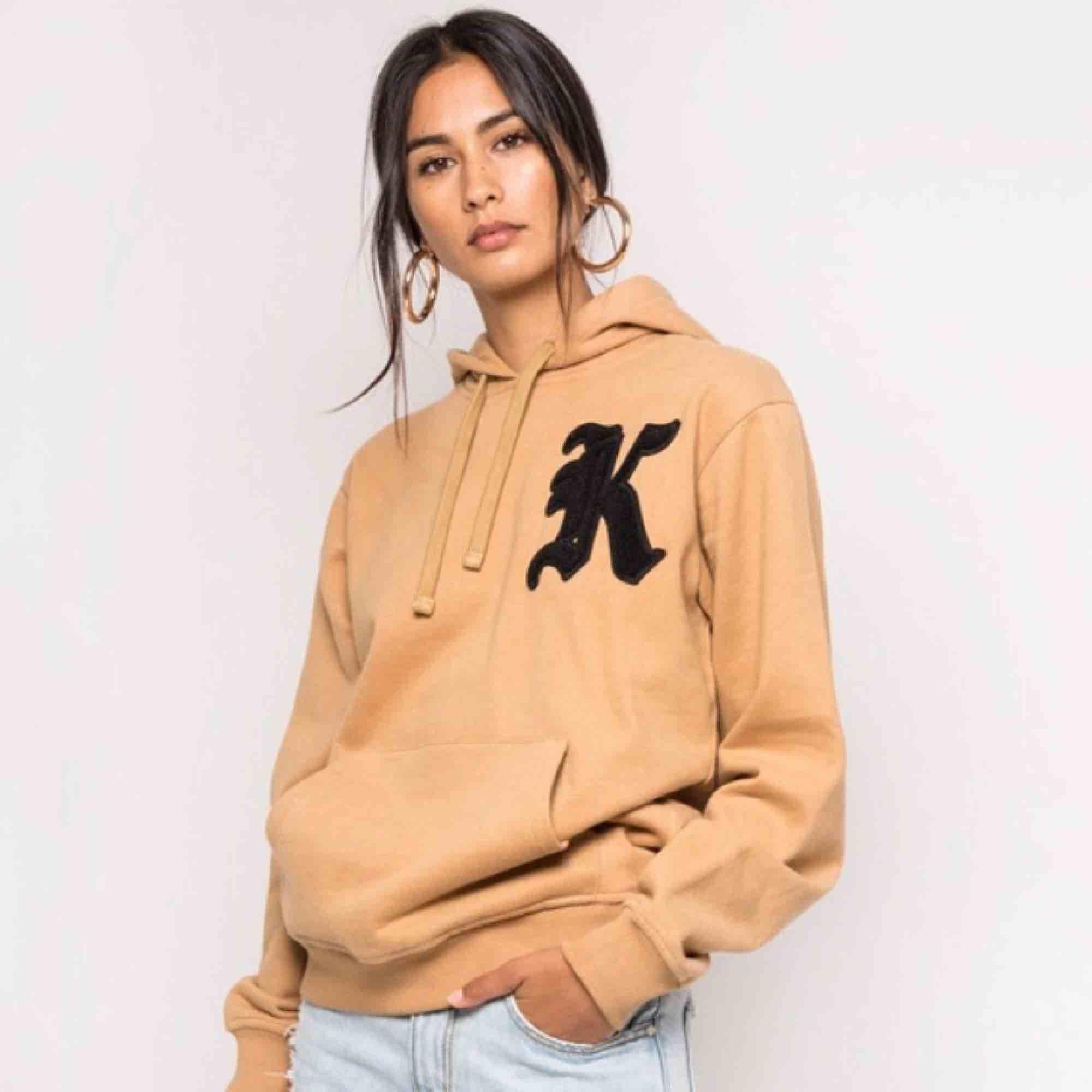 Säljer min fina hoodie som bara är använd 1 gång 🌸 Skickar gärna fler bilder! . Huvtröjor & Träningströjor.