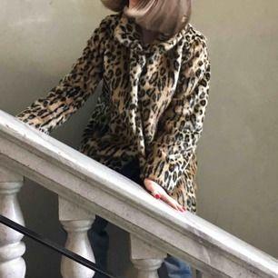Jättefin faux fur leopardkappa!🥰 Använd endast ett fåtal gånger! Nypris 1000 kr