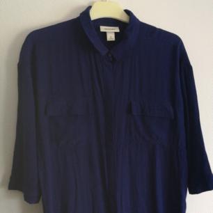 🗨️ Skjortklänning från Monki! Skitsnygg att ha både öppen och stängd! Säljes då jag vuxit ur den. Kan passa en S också! Går ner till lite under knäna på mig (är 165). Färgen på sista bilden är närmast verkliga färgen. Använder endast Swish, köparen står för frakt! 🗨️