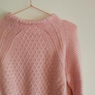 💗 Jättefin stickad tröja från Gina Tricot! Säljs då jag nästan aldrig använder den. Perfekt pastellrosa (den ser lite blekare ut på bilderna) och jättebra till våren under en snygg jeansjacka! Använder Swish, köparen står för frakten! 💗