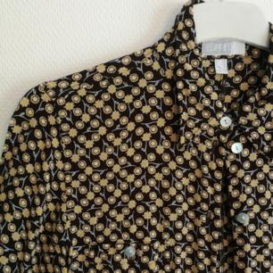 🌻 Säljer min skiiiitsnygga skjorta från Esprit då jag växt ur den. Gör lite ont att sälja den, men hoppas att någon kan få lika mycket lycka ur den som jag fått. Skitsnyggt retromönster, med gula blommor mot en brun bakgrund. Är osäker på exakt storlek, men skulle säga att de än passar en 34-38 beroende på hur man vill att den ska passa. Använder Swish, köparen står för frakt! 🌻