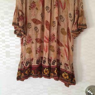 Drömmig klänning. nypris 700:-, oanvänd. Köparen står för frakt (55:-)