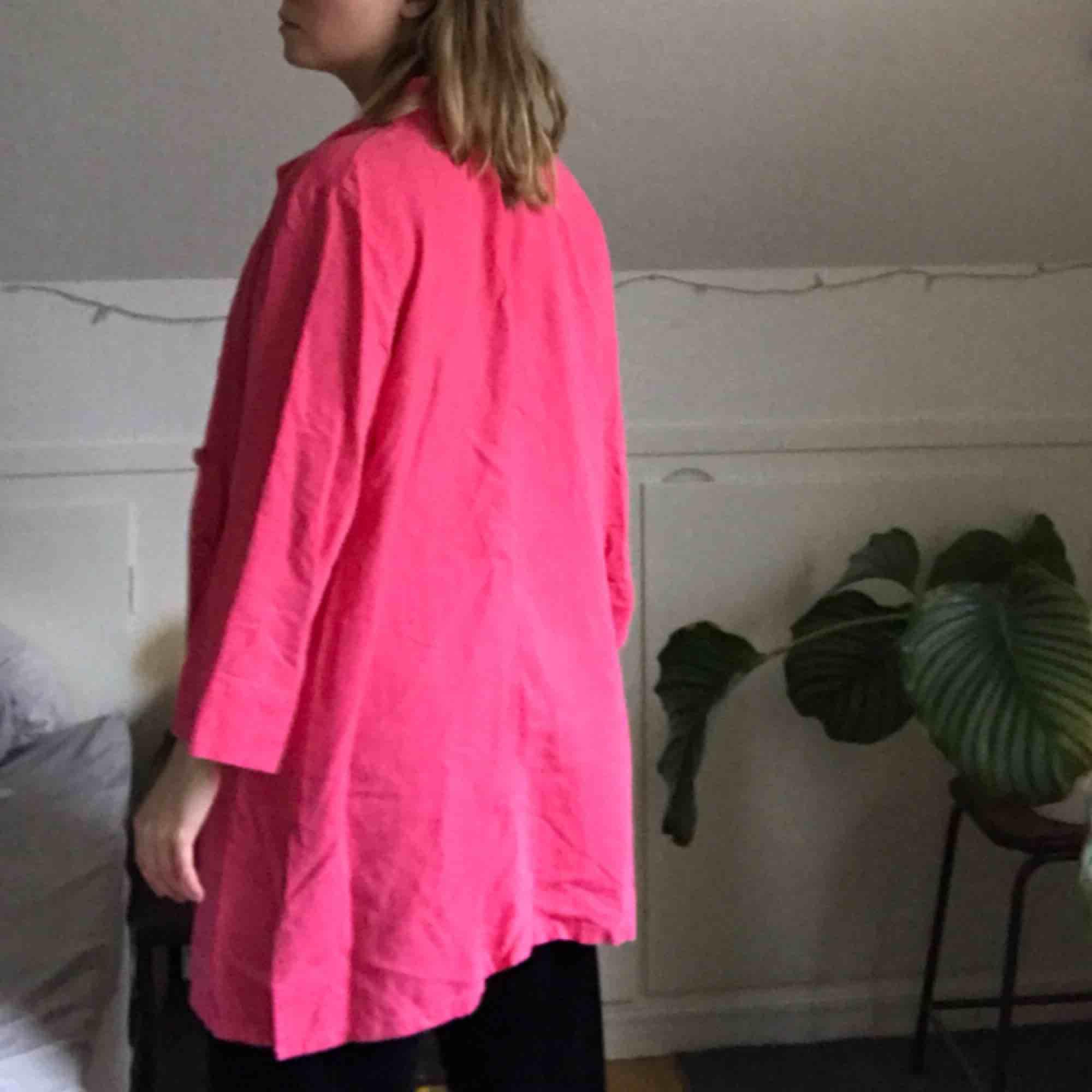 Oversized lång tröja med knappar! Skrikrosa och bra skick!. Tröjor & Koftor.