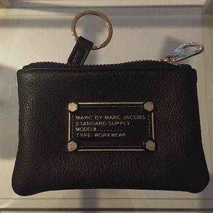 Marc by Marc Jacobs Portmonnä med nyckelring. Svart med gulddetaljer.  12x8cm. Frakt ingår i priset.