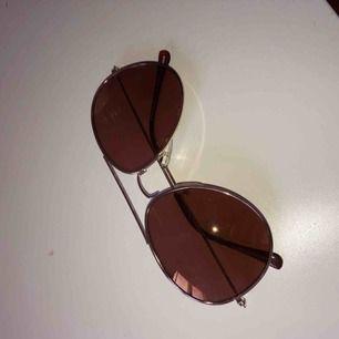 Pilotglasögon med ljust brunt glas. Silvriga bågar. Köpta på stadium märket prestige för 299 kr. Inte använda så mycket! Frakt 10-20 kr