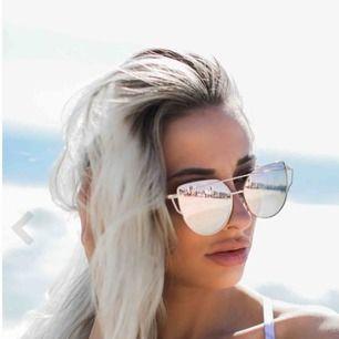 Solglasögon från dennismaglic med guldiga bågar och roseguldigt glas. Köpta för 399 kr Frakt 20 kr