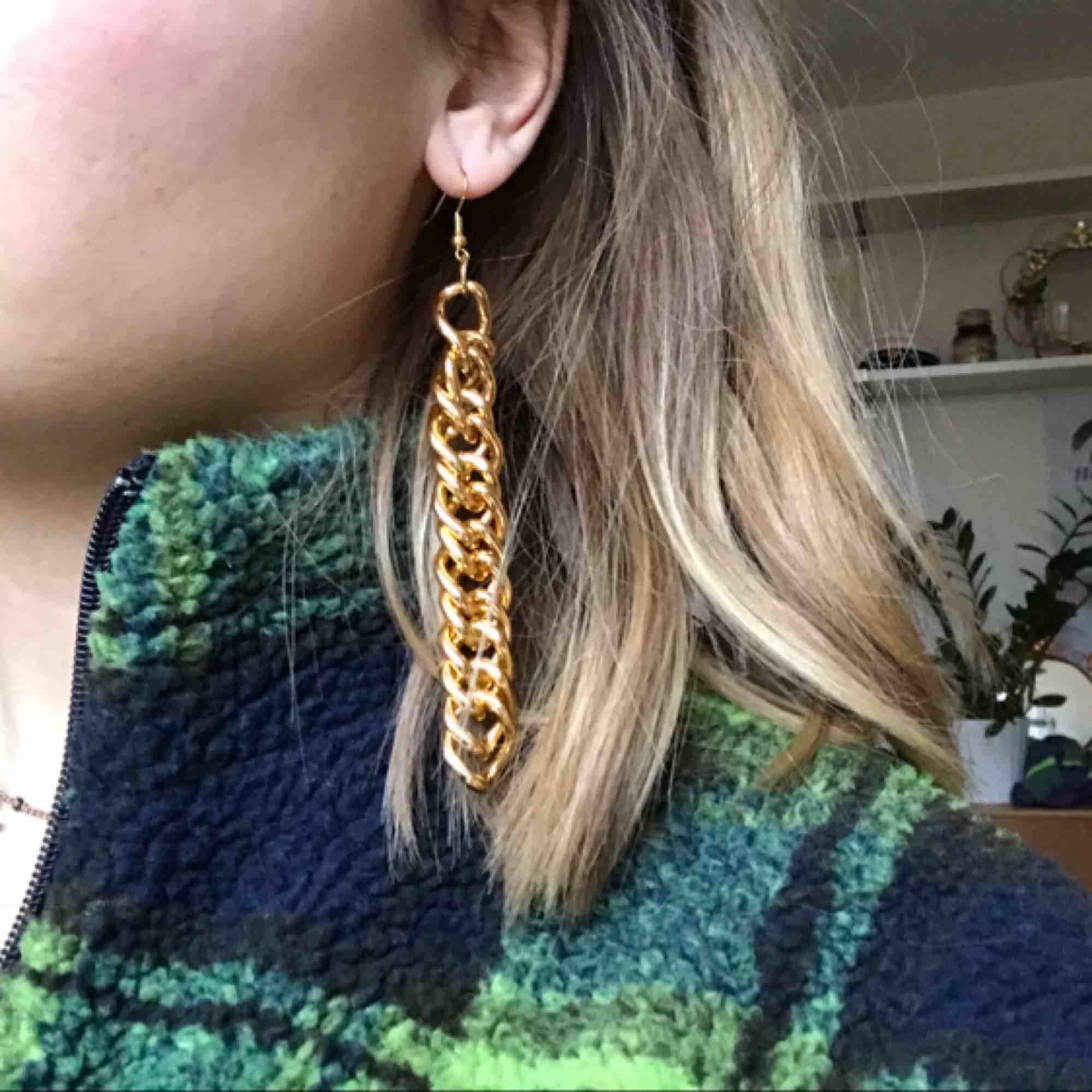 Guldiga örhängen i fint skick :) de är väldigt lätta vilket är skönt för öronen haha!. Accessoarer.