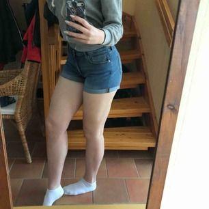 Stretchiga shorts i storlek 40 från H&M. Funkar för storlek M ungefär! Oanvända, köpta för 199 kr. Frakt ca 40 kr