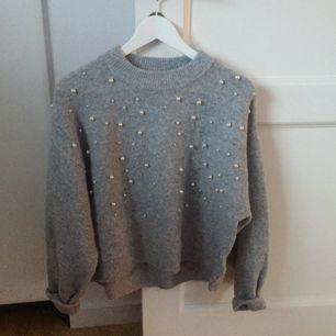 Jättefin grå stickad tröja med pärlor ifrån HM. Den är i fiint begagnat skick och säljs pga kommer inte till användning. Fraktas eller möts upp i Västerås!