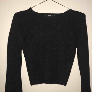 en superfin glittrig och främst bekväm tröja från bikbok i storlek xs, den har utsvängda armar, använd 1/2 gånger, säljer pga att den är för liten för mig, köparen står för frakt ☺️