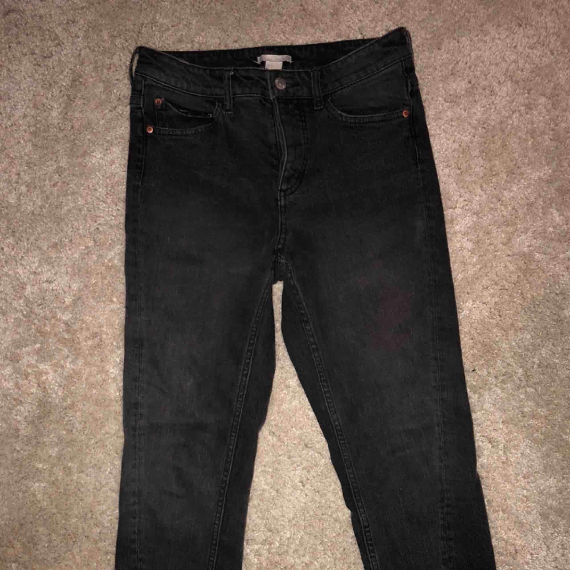 Svarta urtvättade jeans med hög midja. De är stretchiga så de passar både en 36a och en 34a! Jag är själv en 36a och 164 cm 🌸. Jeans & Byxor.