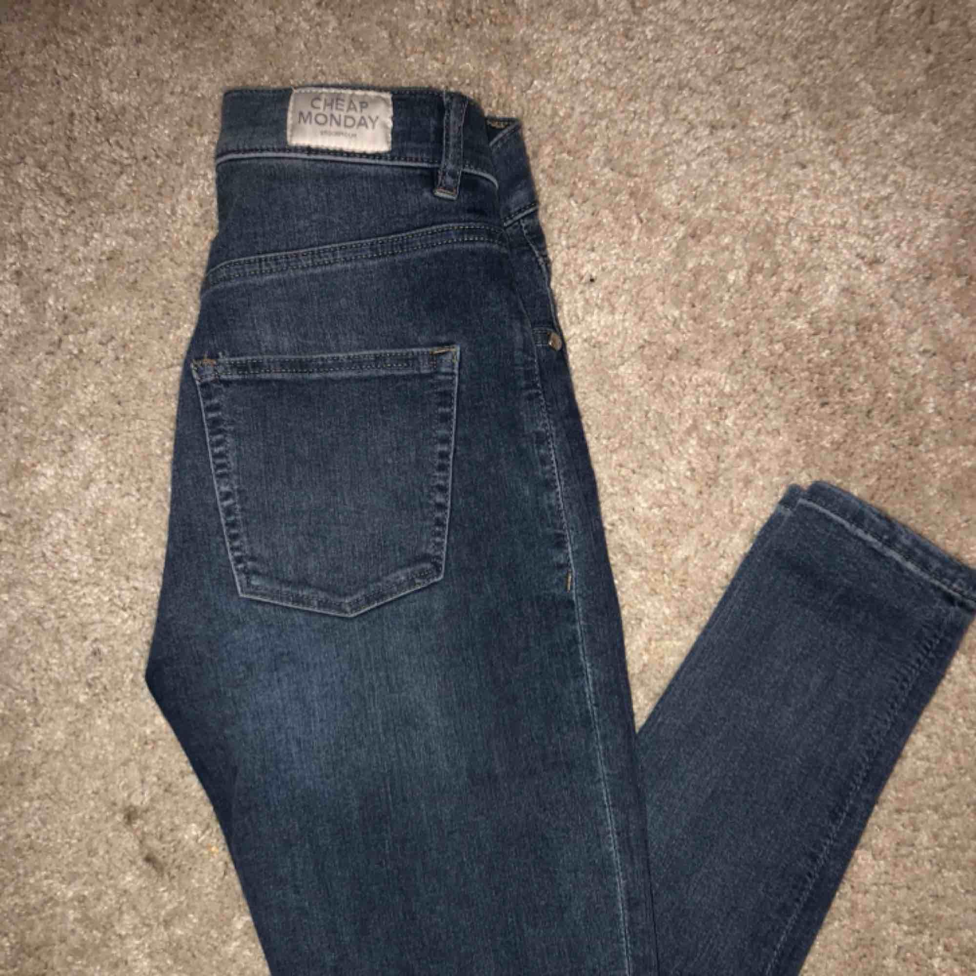 Tighta stretchiga högmidjade jeans 🌸. Jeans & Byxor.
