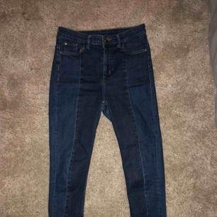 """Tighta stretchiga högmidjade jeans med """"flares"""" längst ner 🌸 Cool modell."""