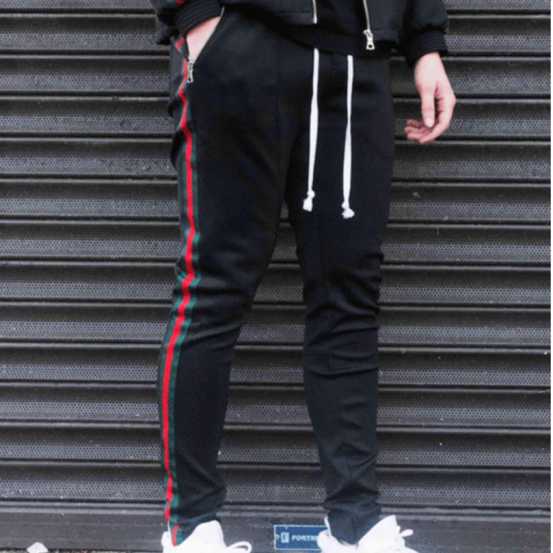 Väldigt snygha trackpants från märket GRWTH snålt använda då dom är för långa för mig som är 170 Behov av pengar så säljer dom för 420 och jag bjuder på frakten. Jeans & Byxor.
