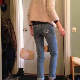 Jeans med snygga detaljer på fickorna!