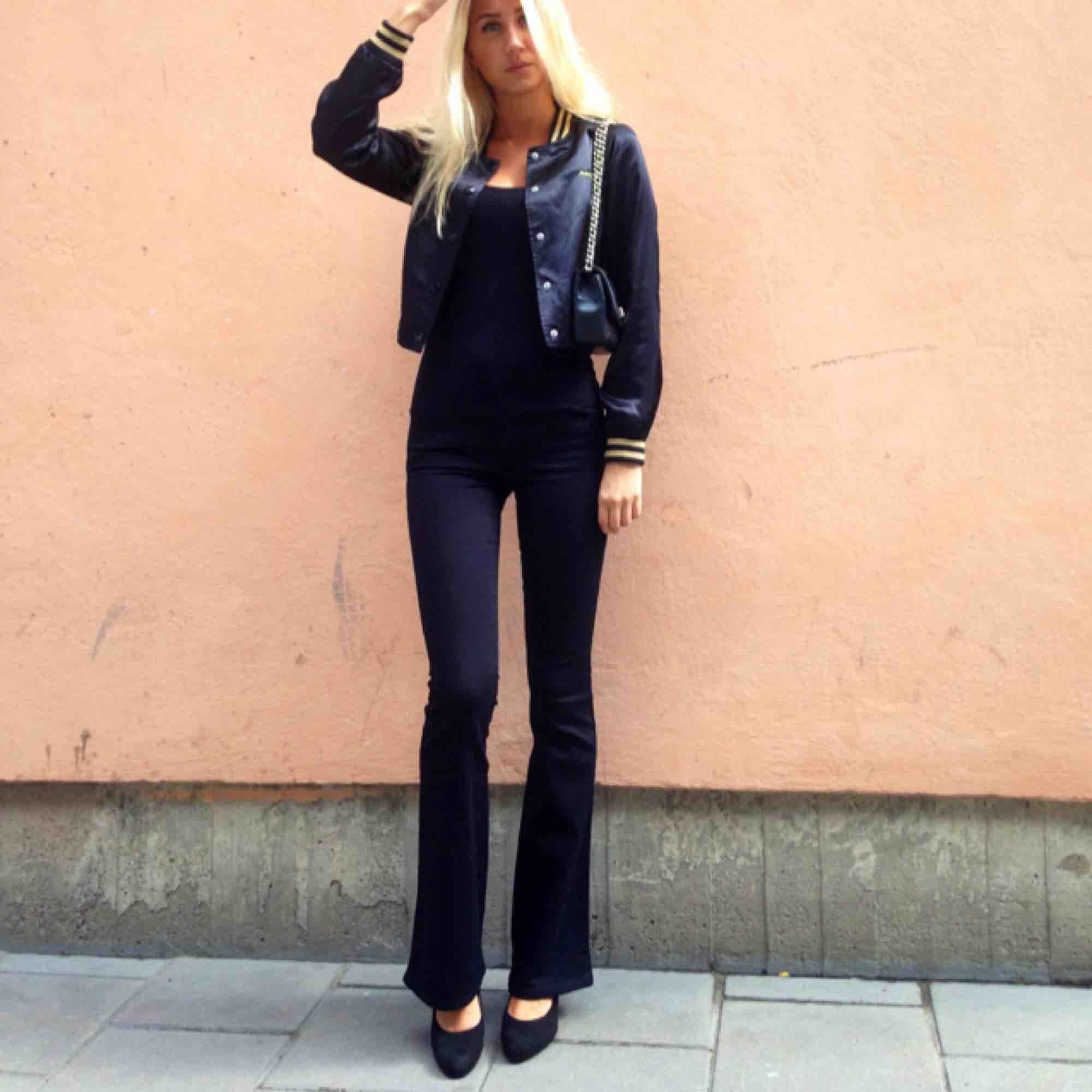 Så snygga bootcut replay jeans! 😍👖Endast använda enstaka tillfällen. Väldigt sköna och stretchiga. Säljer då de tyvärr blivit för små! Kostar runt 1000 nya.. Jeans & Byxor.