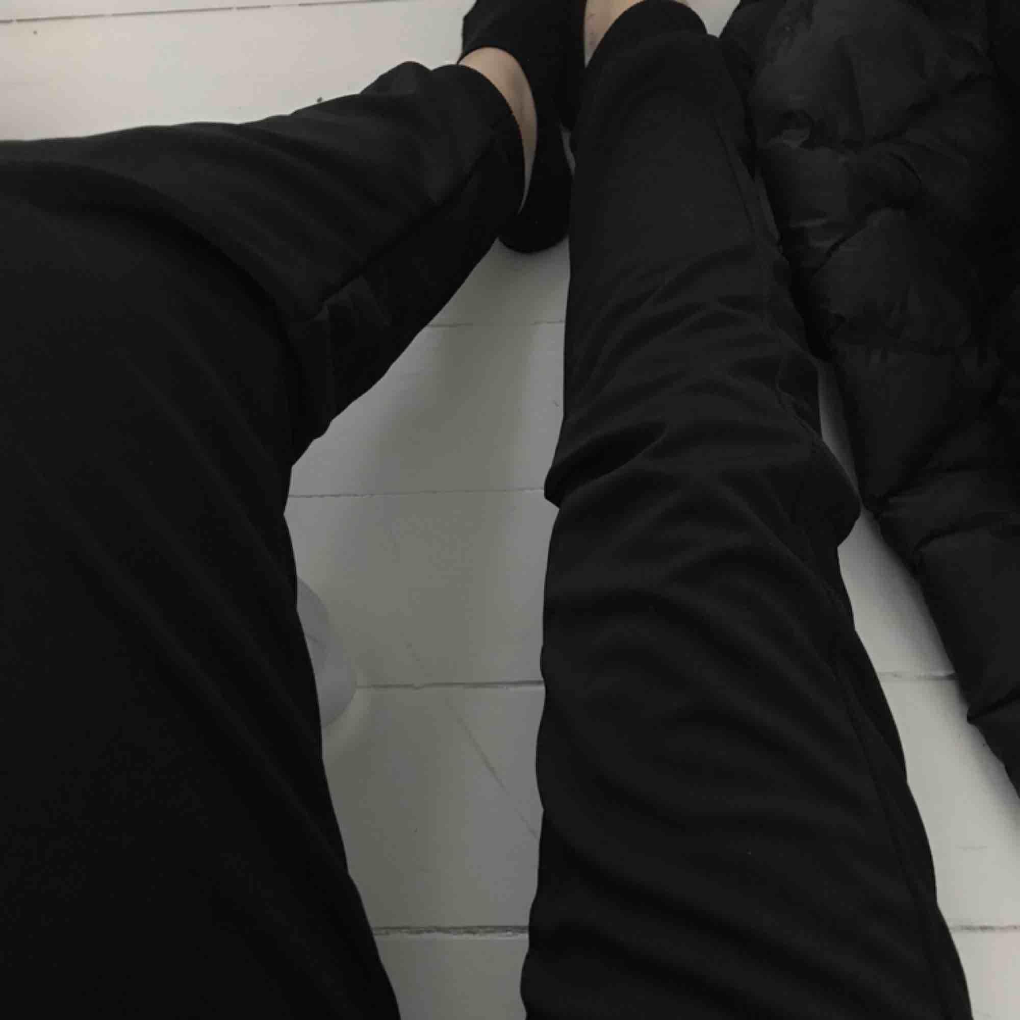 helt nya jätte fina mjukis/tränings byxor. aldrig använda då dom tyvärr inte är min stil.💕💕. Jeans & Byxor.