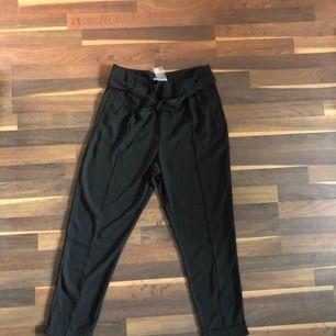 Snygga svarta kostymbyxor som man knyter i midjan. Aldrig använda och med prislappen kvar. Säljer dem då det är fel storlek. Butikspris 299 mitt pris 150. Köparen står för frakt.