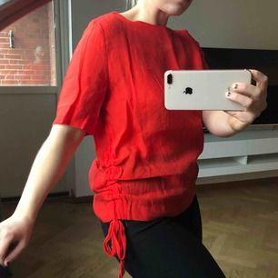 Röd blus/T-shirt från H&M, helt oanvänt skick! Strl M men tycker den är mer S/M, 50kr (frakt på 21kr tillkommer ✉️🕊)