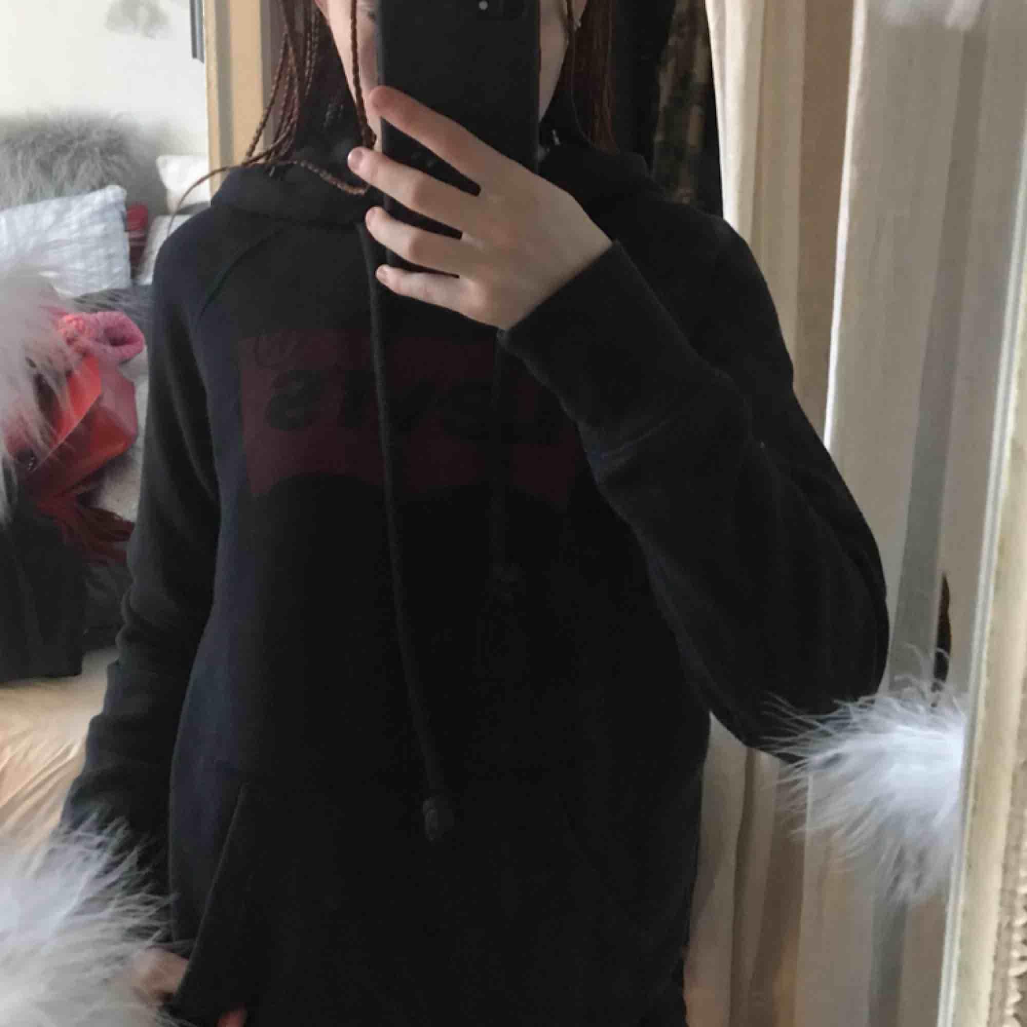 jätte fin Levis hoodie, använd fåtal gånger precis som ny. passar st XS/s 💕💕. Huvtröjor & Träningströjor.