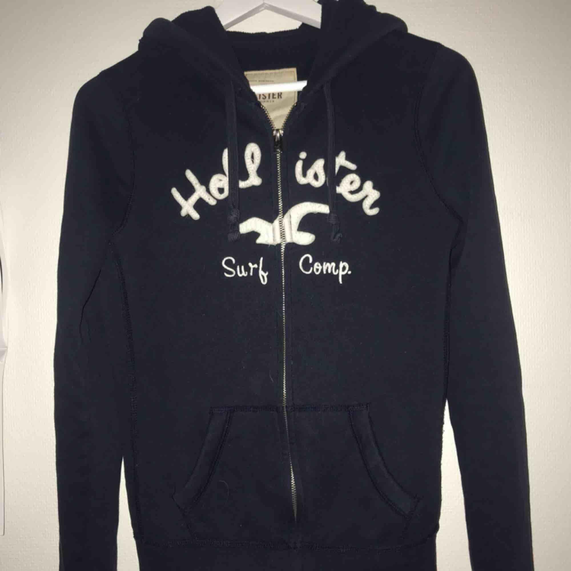 Supersnygg hollister hoodie! Mjuk å skön på insidan. Använd några gånger, strl M😊. Huvtröjor & Träningströjor.