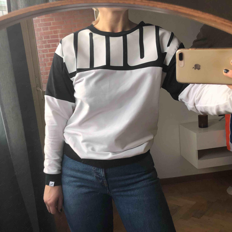 Oversize tröja från Puma, strl xxs (men jag är typ s), som ny, dock fått någon liiiiten fläck som inte syns när man bär den, se bild 3. 70kr (spårbar frakt på 59kr tillkommer 🕊✉️) . Tröjor & Koftor.