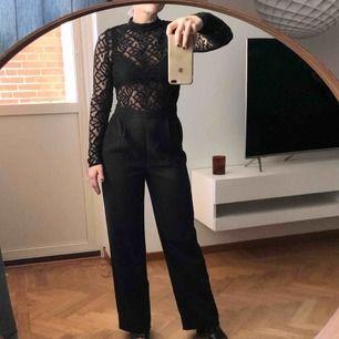 Jumpsuit med spetsöverdel och raka kostymbyxor med fickor, använts för lite så säljer den! 150kr (spårbar frakt på 59kr tillkommer ✉️🕊)