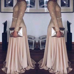 Jättefin beige balklänning! Storlek S men passar även M, helt öppen i ryggen! Superfin klänning, använd en dag!