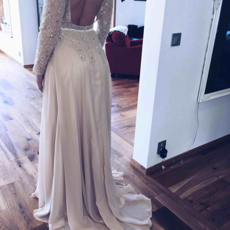Jättefin beige balklänning! Storlek S men passar även M, helt öppen i ryggen! Superfin klänning, använd en dag! . Klänningar.