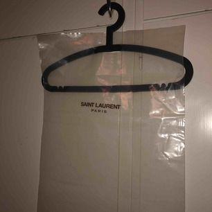 Påse med saint Laurent tryck, jag har använt den som väska 2 gånger. Super snygg.