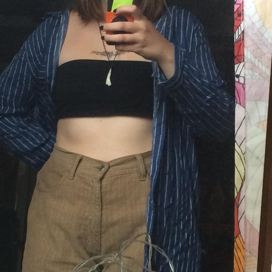 En blå lång randig skjorta, tunn och sval. Perfekt för sommaren. Endast använd två gånger.. Tröjor & Koftor.