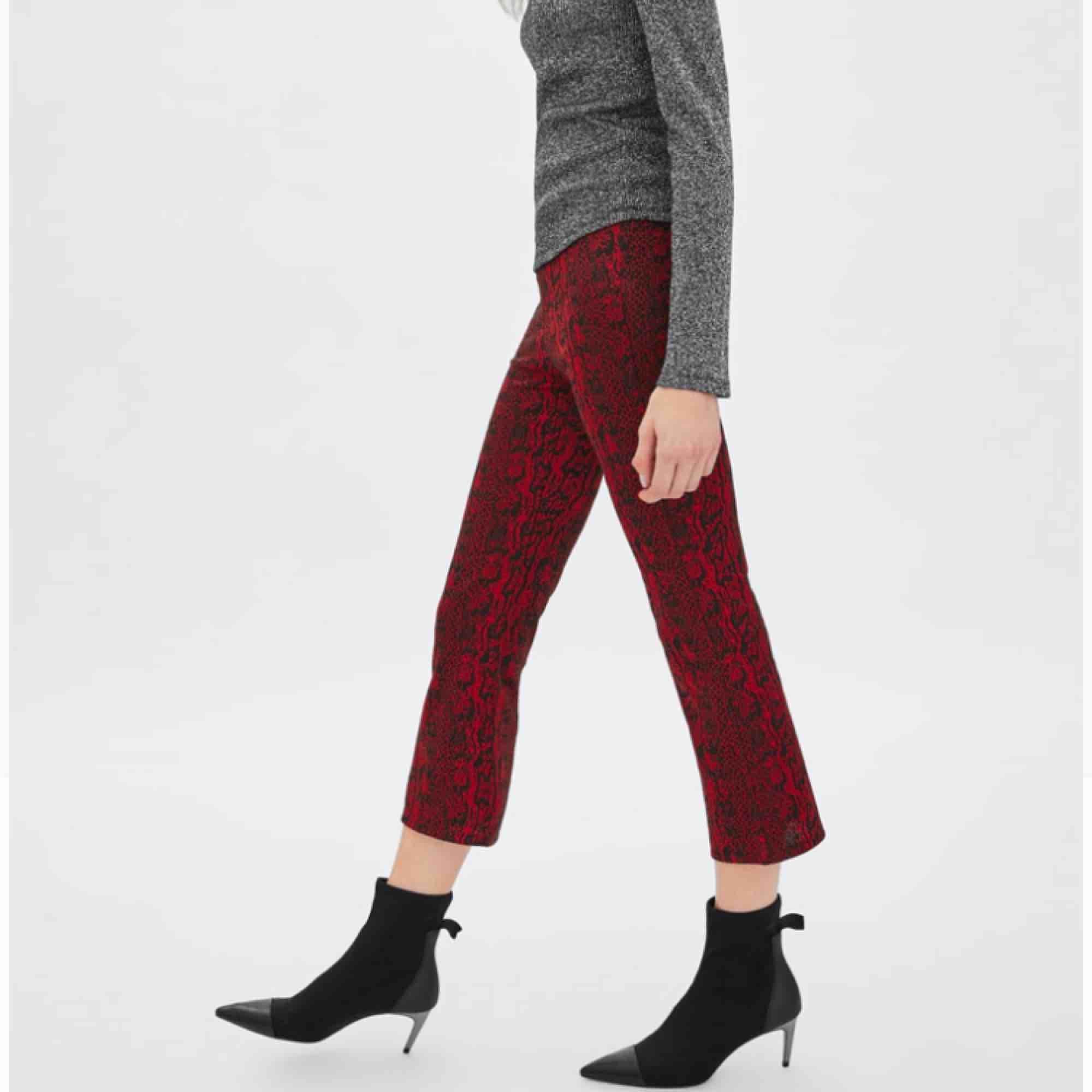 Helt nya, bara provade, prislapp ej kvar dock. Stl S och stretchiga men skulle ändå säga att de sitter bättre på en XS-S, skitsnygga. Nypris 129:- KÖP! 🍄  Fraktar . Jeans & Byxor.