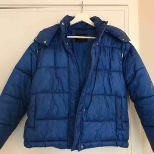 Säljer min blåa pufferjacka från Monki. Jackan köptes i vintras och är i bra skick!