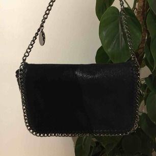 Stella McCartney liknande väska! Köpt i Köpenhamn. 👏🏼 Sjuuukt snygg och cool väska som tyvärr måste bort då jag har för många. 😤😩