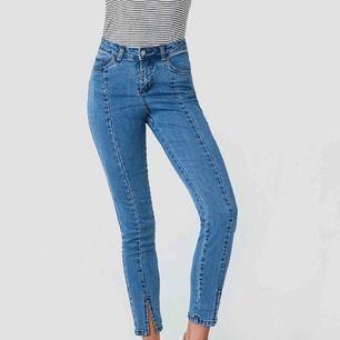 """Mycket stretchiga och sköna jeans från NAKD. En lite kortare modell men passar mig perfekt som är 160. Det är sådana med """"slits"""". Frakt tillkommer på 50 kr🌸🌸🌸"""