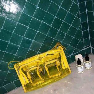 Säljer min helt oanvända nunoo väska i gul transparent färg! Sååå snygg men passar inte min stil:(( frakt är inräknat i pris. Skriv till mig om ni önskar mer bilder✨originalpris: 999kr