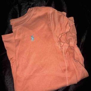 Ralph Lauren tröja köpt ifrån Kidsbrandstore.se  Använd ca 2-3 gånger, precis som ny. Säljs pågrund av att jag har en liknande! Finns i Södra Stockholm.