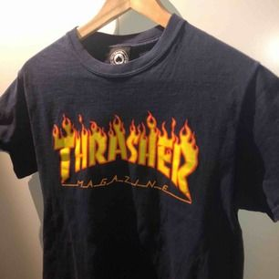 Marinblå (nästan svart) Thrasher t-shirt i strl S. Hade även passat en XS beroende på hur en vill att den ska sitta. Köpte den på Plick för drygt en månad sen men har bara inte kommit till användning. Topp skick!  Köparen står för frakt.