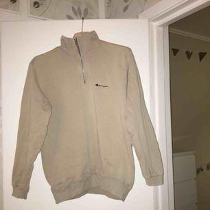 Vintage zip sweatshirt från Champion i fint skick. Färgen på tröjan är beige och den sitter lagom oversize på mig som vanligtvis använder S. Passar storlekar mellan XS-L