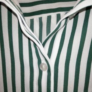 Super fin skjorta i luftigt material från Monki, strl XS. Säljer pga lite för liten för mig.